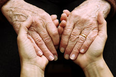 soutenez-et-aidez-les-personnes-âgées-48681297